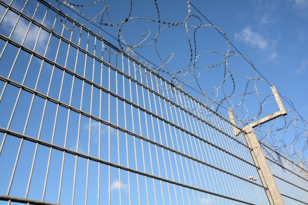 a high fence with barbed wire Standard-Bild