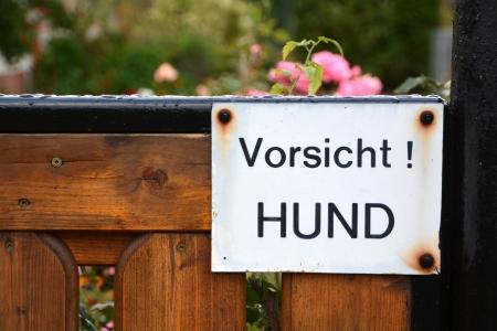 fighting dog: un segnale di avvertimento su una recinzione