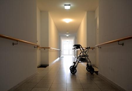 ein langer Korridor in einem Pflegeheim