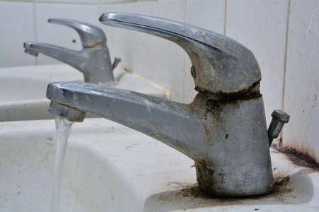 ein stark verschmutzten Wasserhahn