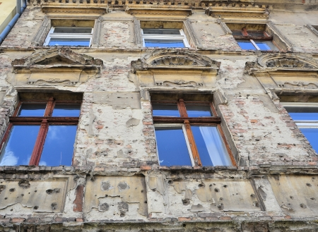 old facade with war damage Standard-Bild