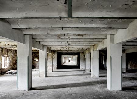 lange kamer met dikke kolommen in een verlaten brouwerij