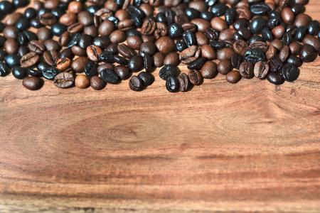 frijol: granos de caf� tostado sobre una mesa de madera