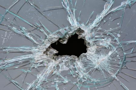Loch in einer Fensterscheibe