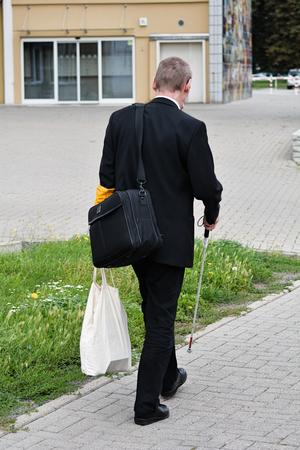 Blinde man lopen alleen Stockfoto