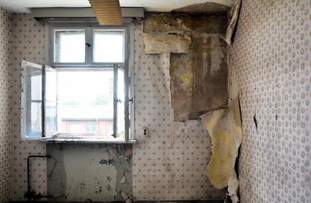 Bouwvallige kamer in een verlaten huis Stockfoto