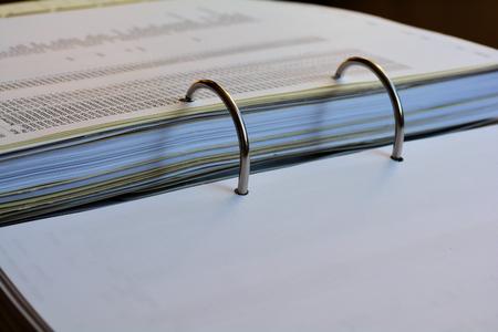 empleado de oficina: carpeta de archivo abierto en una oficina