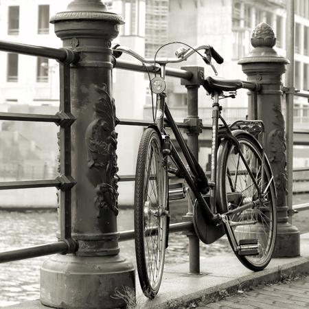 geparkeerde fietsen op de oevers van de rivier de Spree in Berlijn Stockfoto