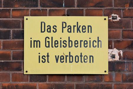 """prohibido: muestra que dice  """"El aparcamiento en el �rea de la pista est� prohibido """""""