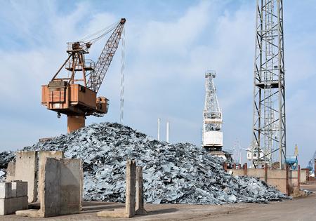 altmetall: Crane und Schrott in einem Schrottplatz im Hafen von Magdeburg Lizenzfreie Bilder