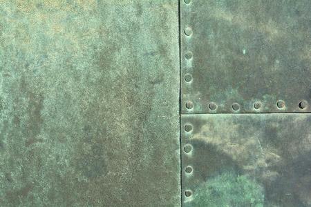 close up van verweerde koperen plaat op een historische oude deur aan de kathedraal van Magdeburg Stockfoto