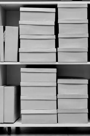 compras compulsivas: cajas de zapatos en una tienda de zapatos Foto de archivo