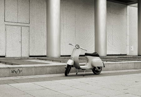 BERLIN DEUTSCHLAND 18. Mai 2015: Roller auf der Stra�e in der Mitte von Berlin geparkt