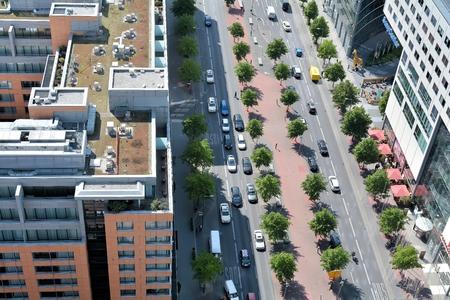 semaforo peatonal: BERLÍN, ALEMANIA - 19 de mayo 2015: Vista desde un rascacielos en la Potsdamer Platz, en el centro urbano de Berlín