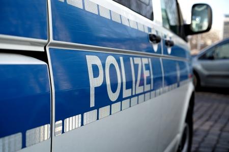 delincuencia: coche de polic�a estacionado en la carretera