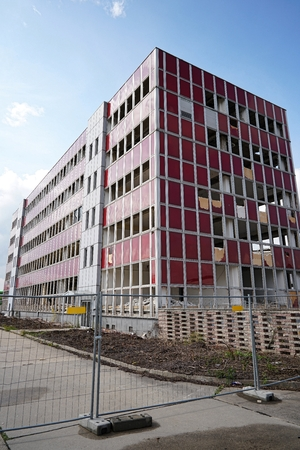 decrepitude: demolition of an office building in Magdeburg