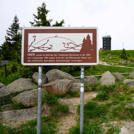 brocken: sign at the summit of the Brocken with the indication did here the opening of the wall to the military restricted area was enforced of demonstrators on 03 December 1989 Stock Photo