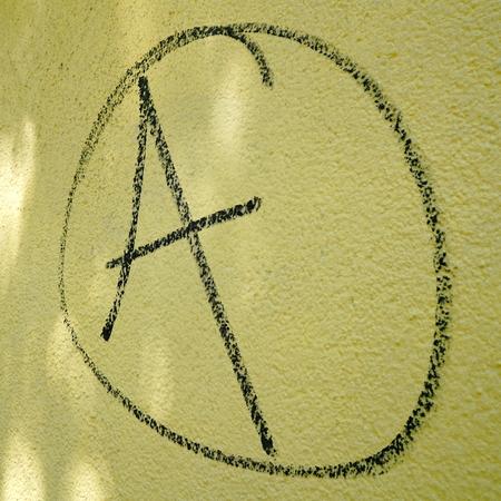 autonomia: símbolo de la anarquía en una pared de la casa
