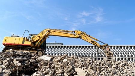 """Demolición del edificio de viviendas """"buck azul"""" en la ciudad de Magdeburg."""