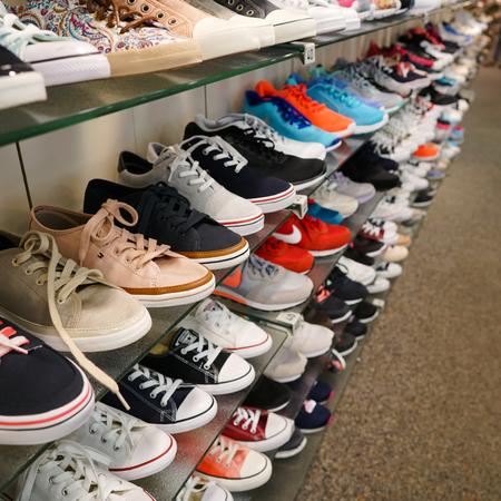 compras compulsivas: BERLÍN, ALEMANIA - 09 de mayo 2016: los zapatos en una tienda de zapatos de Deichmann en el centro de Berlín Editorial