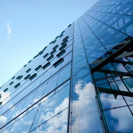 Kantoorgebouw met glazen gevel in Berlijn