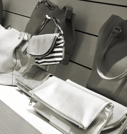 compras compulsivas: Bolsos en un estante en la tienda
