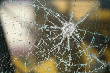 Vernietigde venster van een spoorweg wagon