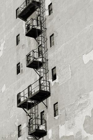 salidas de emergencia: Escalera de incendio en un viejo almacén en el puerto de Magdeburgo Foto de archivo