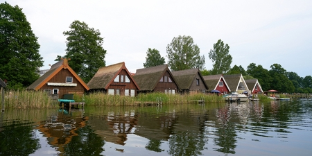 hospedaje: GRANZOW, GERMANY - JUNE 28, 2016: Boat houses in the resort of Granzow in the Mueritz National Park. The boat houses are gladly rented by tourists