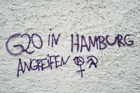 instigation: Incitement to violence on a house wall in Magdeburg. Lettering with the words: attack G20 in Hamburg.