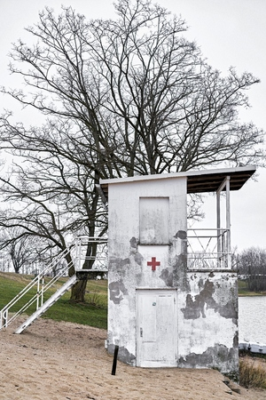 Old dilapidated lifeguard tower on a lake near Magdeburg Imagens