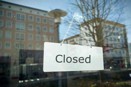 """Schild mit der Aufschrift """"geschlossen"""" am Schaufenster eines Ladens Standard-Bild"""