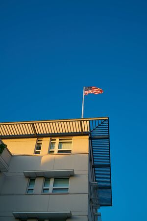 Flag on the roof of the American Embassy in Berlin Standard-Bild