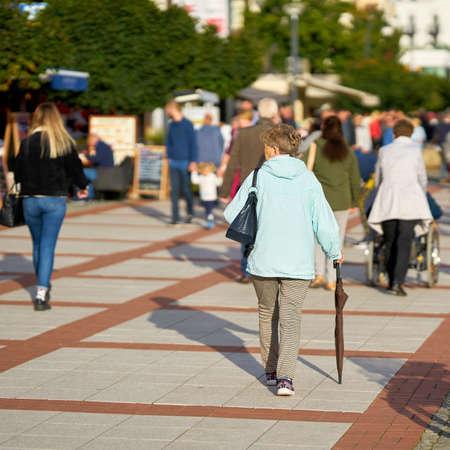 SWINOUJSCIE, POLAND - SEPTEMBER 06, 2020: Holidaymakers on the popular beach promenade of Swinoujscie 新闻类图片