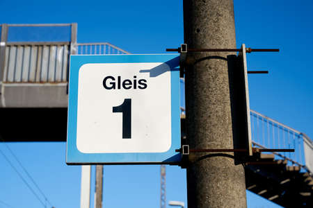 Sign with the inscription track 1 (Gleis 1) at a small station in a village near Magdeburg in Germany Standard-Bild