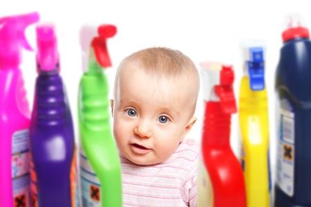 detersivi: Attenzione bambino vuole giocare con il detergente Archivio Fotografico