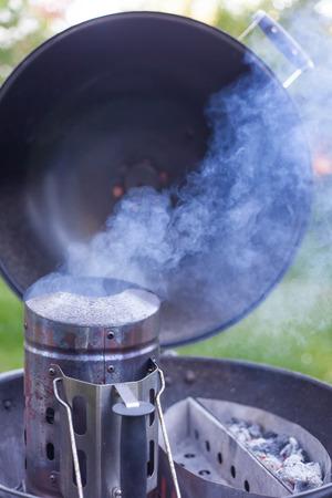 빛나는 석탄 옆에있는 구운 석탄 숯불 구이로 불타는 숯불 연탄 스톡 콘텐츠