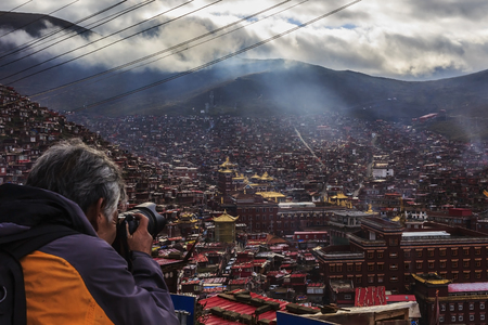 Photographer taking photos over looking the village in China Archivio Fotografico - 96273129