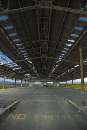 paesaggio industriale: Huge vecchia fabbrica o di spazio industriale con nuvole e paesaggi visibili attraverso tutte le aperture