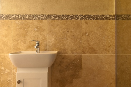 piastrelle bagno: Bagno all'interno di una casa moderna