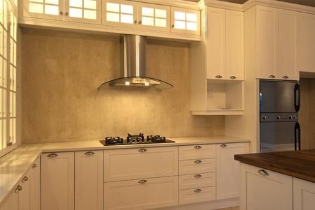 armario cocina: Cocina vac�a dentro de una casa moderna Foto de archivo