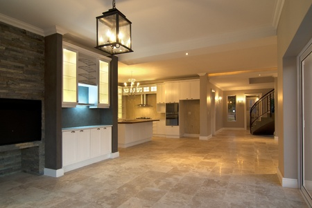 azulejos cocina: Sal�n vac�o dentro de una casa moderna con algunas luces encendidas Foto de archivo