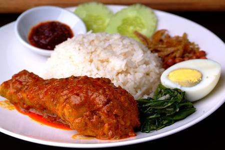 lunchen: Curry Kip met witte rijst Stockfoto