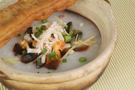 arroz chino: Porridge de arroz chino (congee) sirvi� en claypot