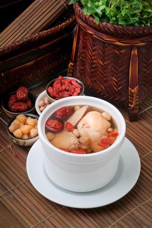 sopa de pollo: El pollo y la sopa de hierbas en una olla, el estilo de la comida china Foto de archivo