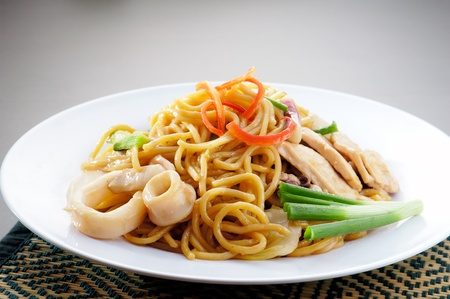 yi mein: noodles. stir-fried noodles with chicken Stock Photo