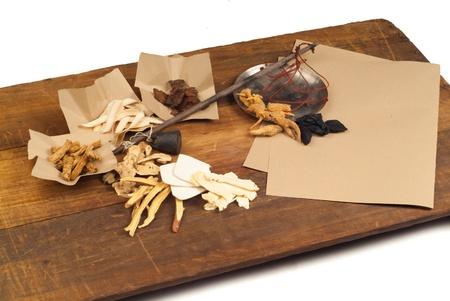 medicina tradicional china: La medicina china a base de hierbas en el fondo de madera