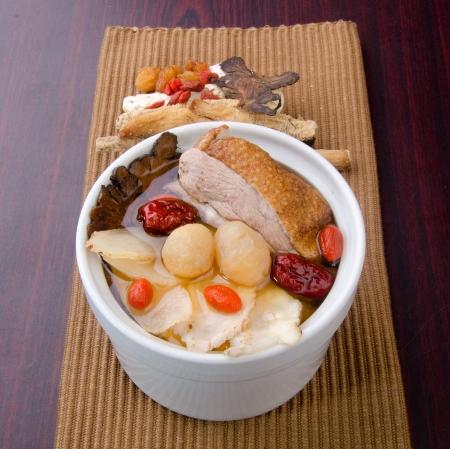 arroz chino: El pollo y la sopa de hierbas en una olla, el estilo de la comida china.