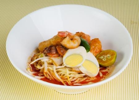 curry: Curry Laksa que es una popular sopa de fideos picante tradicional de la cultura Peranakan en Malasia y Singapur