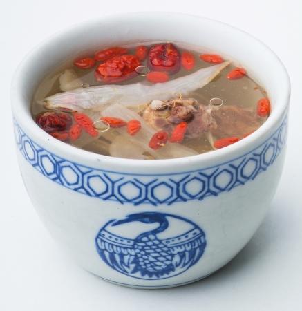 arroz chino: Pollo y sopa de hierbas en maceta, Estilo de comida chino. Foto de archivo
